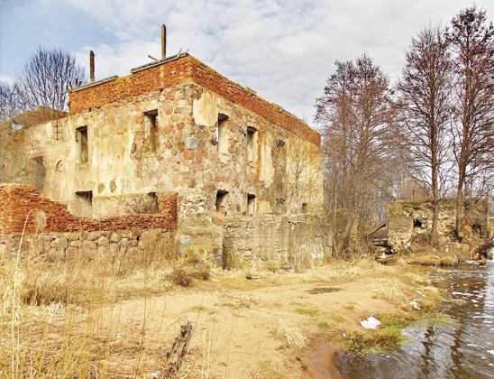 Руины водяной мельницы.