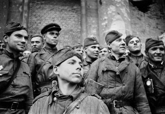 Картинка Советские солдаты, герои, лица, радость, победа скачать бесплатно.  Картинки на рабочий стол.
