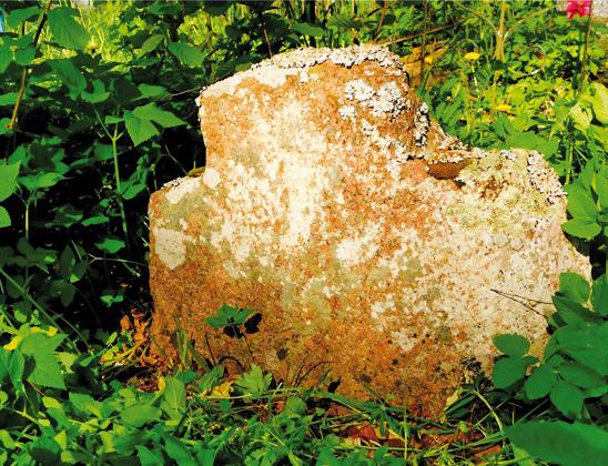 Каменный крест возле часовни.