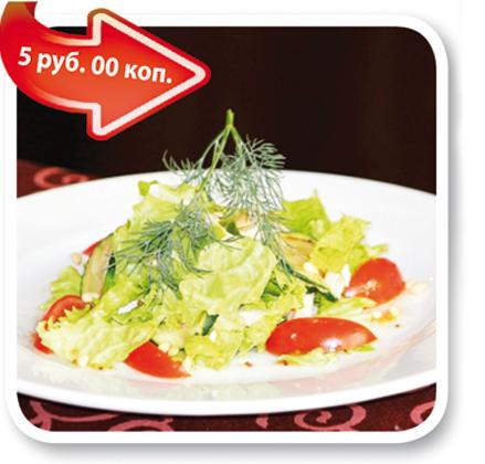 Салат из курицы с овощами и медово-горчичной заправкой