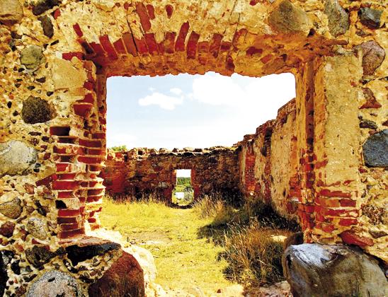 Руины хозпостроек.